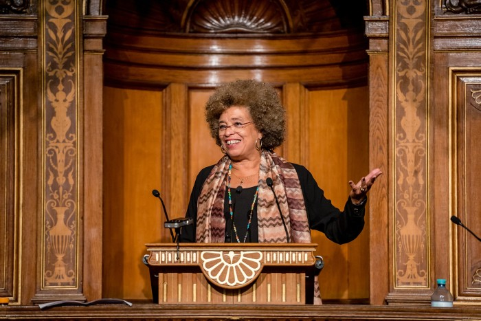 Angela Davis, em discurso - (FOTO - FLICKR-UNIVERSITÄT WIEN)