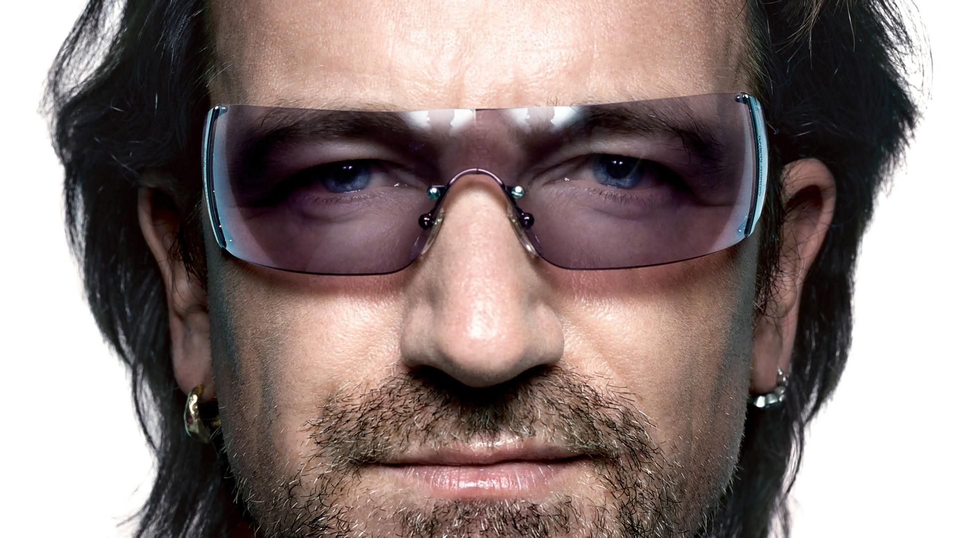 d37381536 ... fotografia do Bono sem os óculos. Sem medo de ousar, o cantor abusa de  cores e parece preferir os modelos tipo máscara. Confira os looks e  inspire-se!