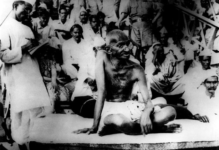 Gandhi_giving_a_speech, fazendo um discurso