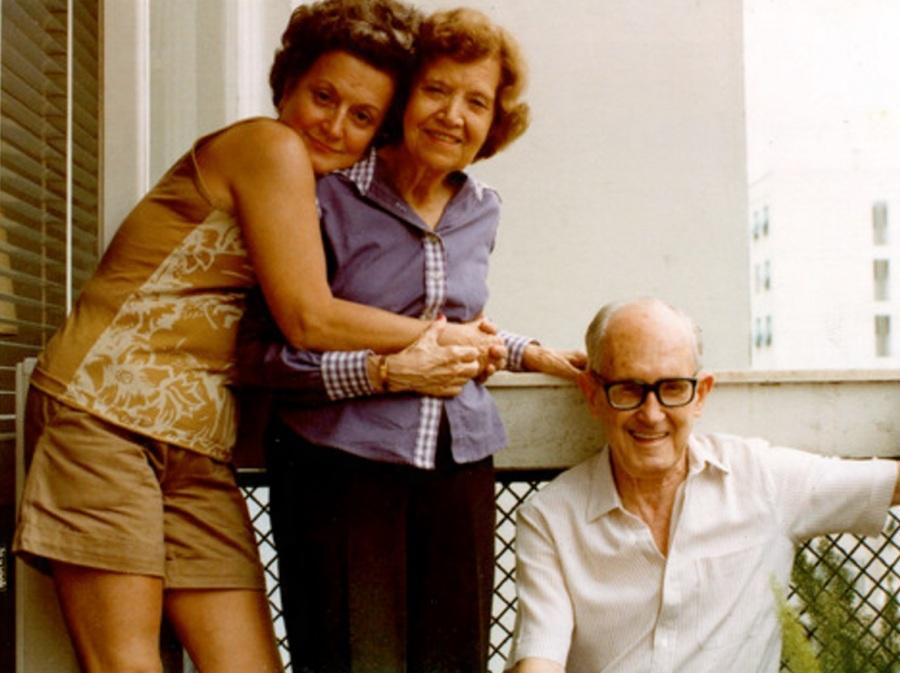 A filha Maria Julieta, a esposa Dolores e Carlos Drummond de Andrade