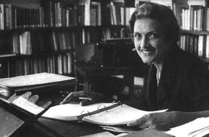 cecilia-meireles-escritora-poetisa-pintora-professora-e-jornalista-sorrindo-mesa-estudo