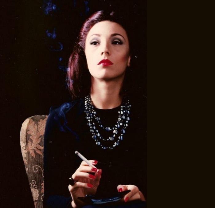 clarice-lispector-escritora-e-jornalista-fumando-fundo-preto