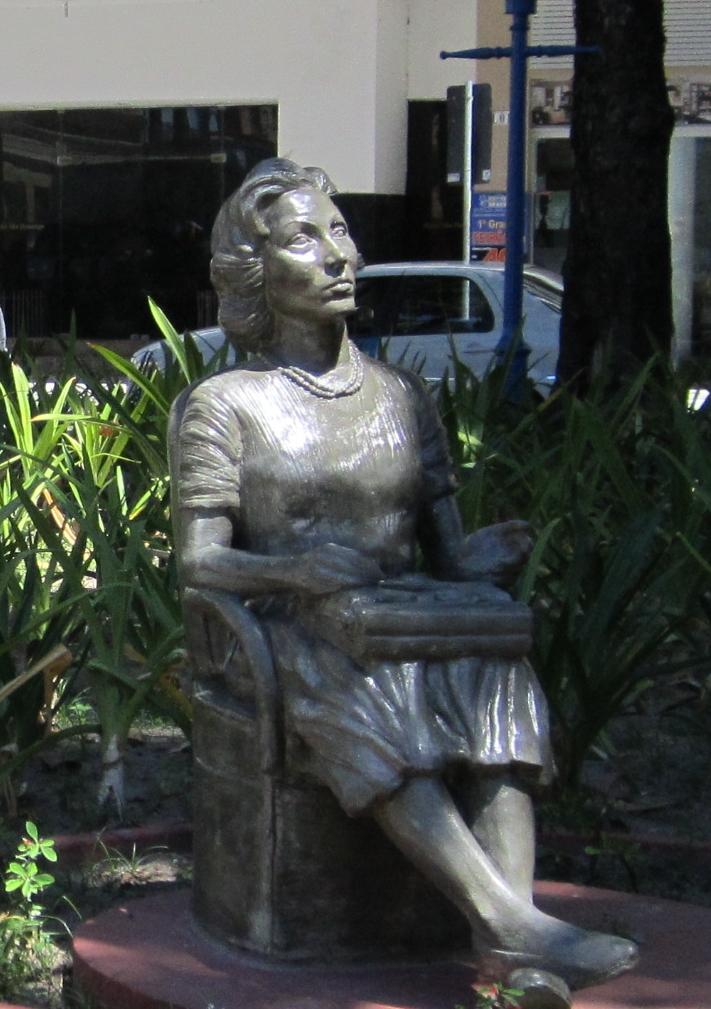 Clarice Lispector - Escritora e Jornalista - Monumento na Praça Maciel Pinheiro, em Recife, PE, em frente à casa onde a escritora morou.