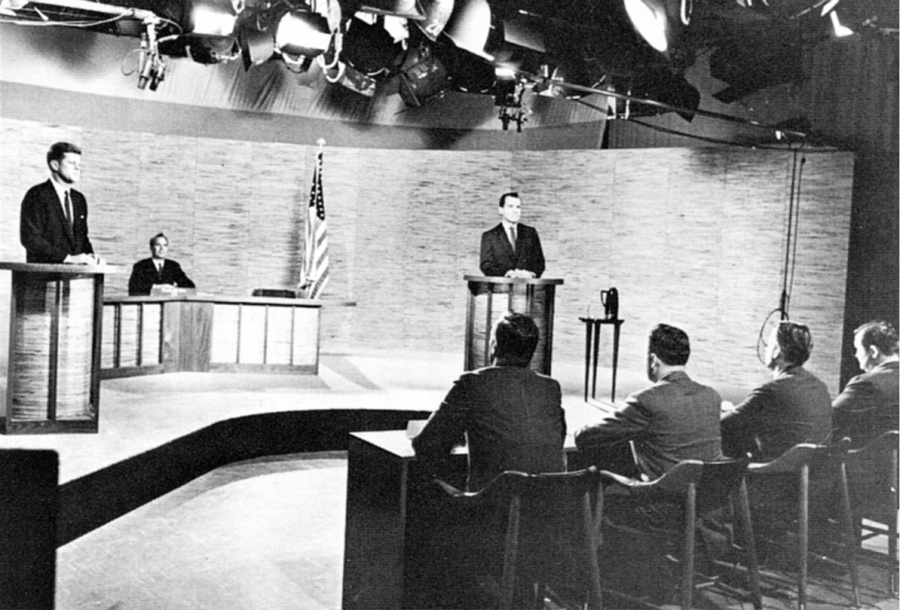 Debate político televisionado entre Kennedy e Nixon durante a campanha.