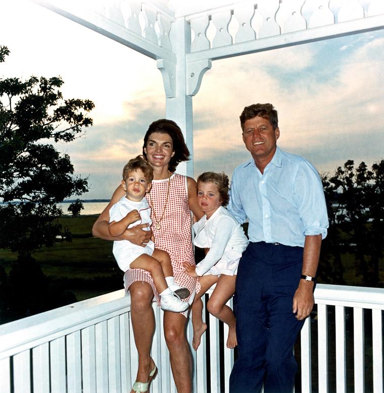 ST-C22-1-62  04 August 1962  President Kennedy and family, Hyannis Port. John F. Jacqueline Kennedy com sua esposa e seus filhos, John Jr. e Caroline (1962).