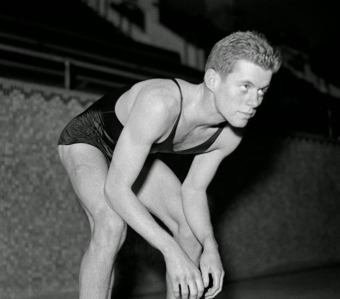 John F. Kennedy nadando por Harvard em 1938.