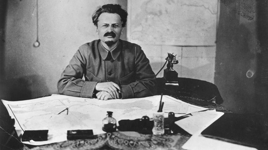 leon-trotsky-intelectual-marxista-e-revolucionario-a-mesa-trabalhando