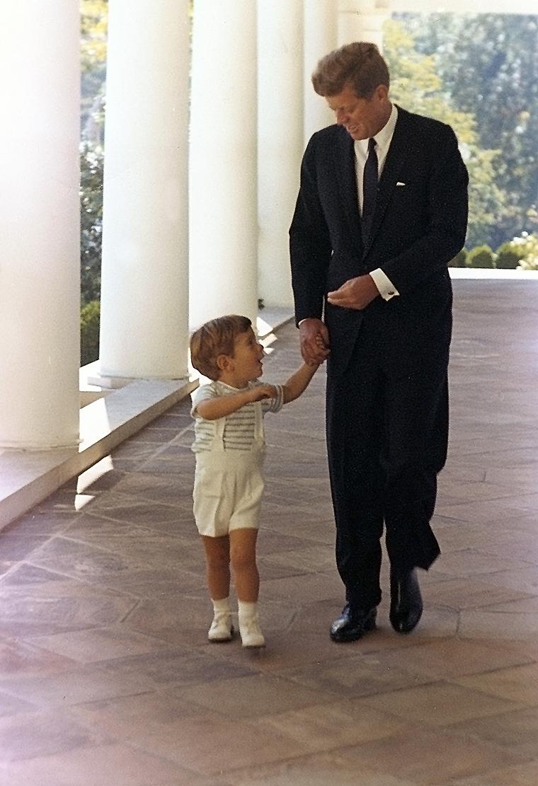 O presidente juntamente com seu filho John Jr. em um corredor da Casa Branca.