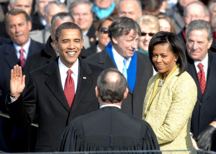 Obama faz o juramento de posse administrado pelo Chefe de Justiça, John Roberts, no Capitólio, 20 de janeiro de 2009.