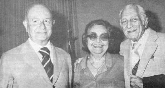 Rachel de Queiroz com os amigos Adonias Filho (esquerda), e Gilberto Freyre (direita).