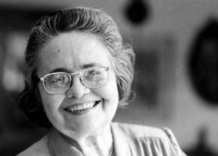 raquel-de-queiroz-escritora-tradutora-dramaturga-e-jornalista-foto-preto-e-branco-sorrindo