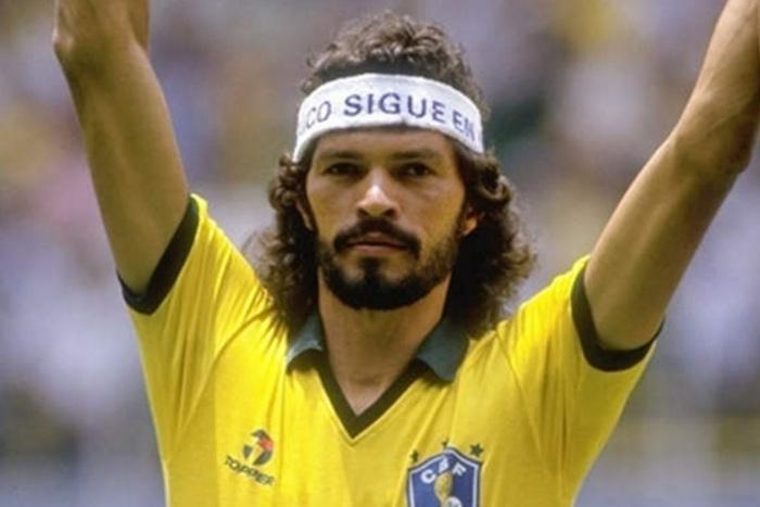 4-de-dezembro-socrates-futebolista-brasileiro