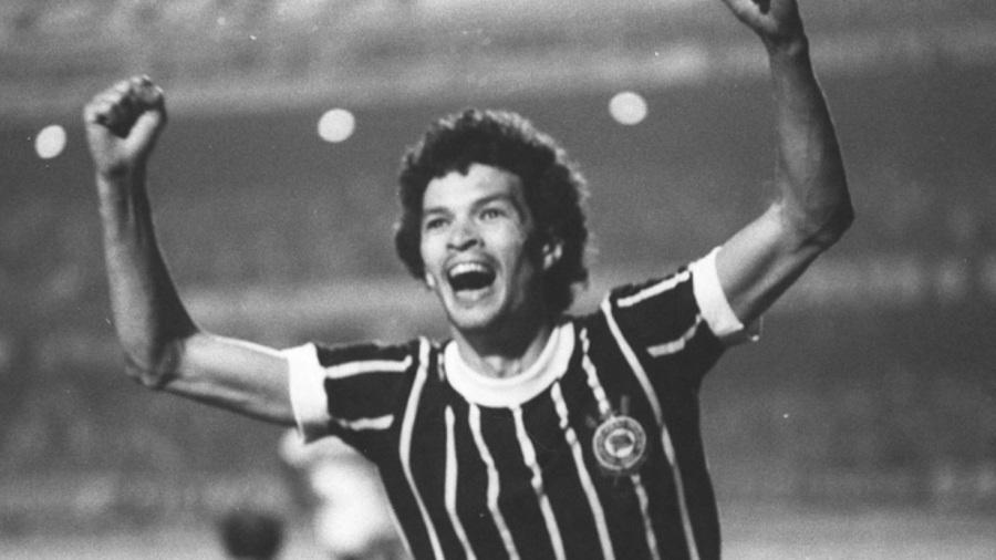 socrates-medico-ativista-e-futebolista-brasilerio-corinthians-gol